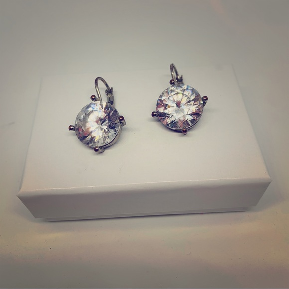Jewelry - Lg rhinestone prong pierced earrings